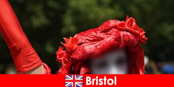 Туристы зарабатывают на жизнь как уличные артисты в Бристоле