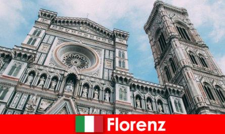Флоренция со многими художественными историческими городами привлекает посетителей со всего мира