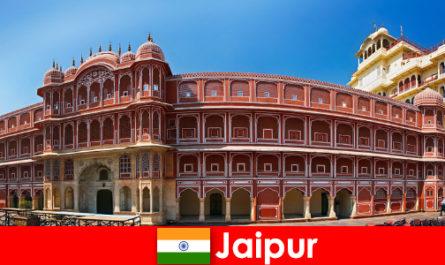 Самые необычные архитектуры привлекают много туристов в Джайпур