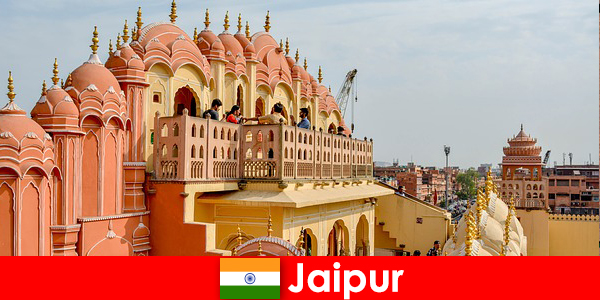 Впечатляющие дворцы и по последней моде можно найти туристам в Джайпуре, Индия.