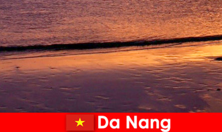 Дананг - прибрежный город в центральном Вьетнаме, популярный своими песчаными пляжами.