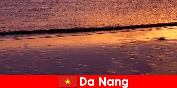 Дананг — прибрежный город в центральном Вьетнаме, популярный своими песчаными пляжами.
