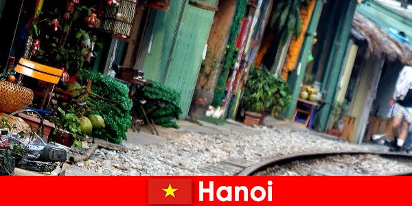 Ханой - очаровательная столица Вьетнама с узкими улочками и трамваями.