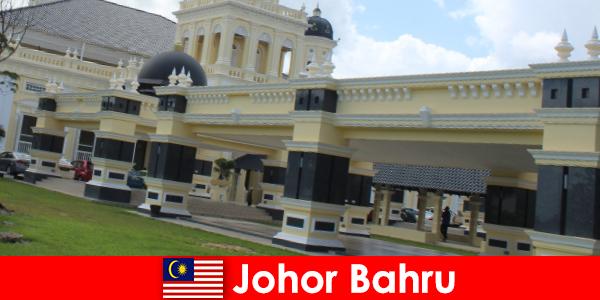 Джохор-Бару, город в порту, привлекает не только верующих к старой мечети, но и туристов.