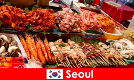 Сеул также славится среди путешественников вкусной и креативной уличной едой.