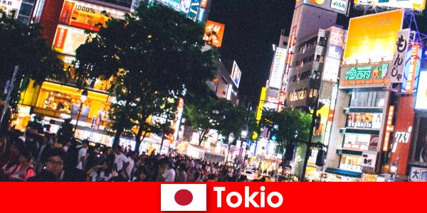 Токио для отдыхающих в мерцающем неоновом свете города идеальная ночная жизнь