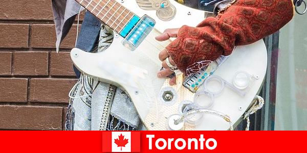Незнакомцы любят Торонто за его открытость к музыкальной сцене всех культур.