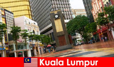 Куала-Лумпур - культурный и экономический центр крупнейшего мегаполиса Малайзии.