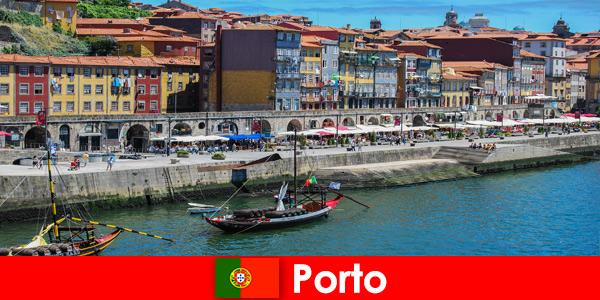 Городской отдых для посетителей Порту, Португалия с очаровательными барами и местными ресторанами.