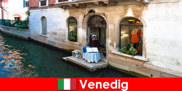 Настоящие впечатления от путешествий для шоппинговых туристов в старом городе Венеции в Италии.