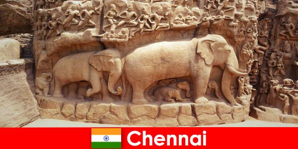 Незнакомцы в восторге от традиционных культурных зданий в Ченнаи, Индия