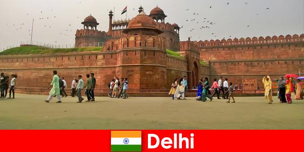 Яркая жизнь в Дели, Индия, для культурных путешественников со всего мира.