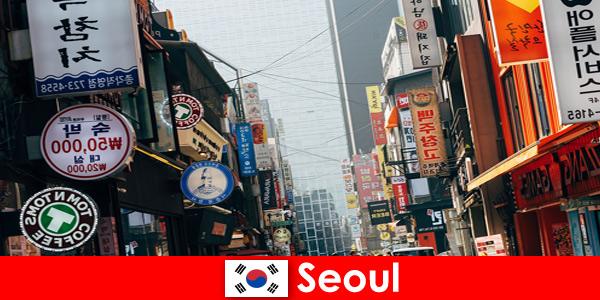 Сеул в Корее — захватывающий город огней и рекламы для ночных туристов.