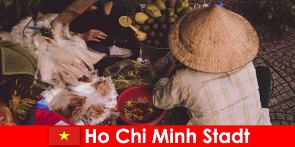 Иностранцы пробуют разнообразие продуктовых ларьков в Хошимине, Вьетнам