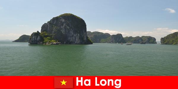 Морские туры для отдыхающих к скальным гигантам в Халонге, Вьетнам