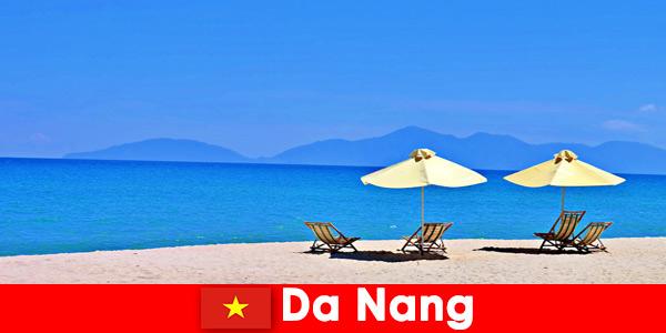 Пакетные туристы отдыхают на лазурных пляжах Дананга, Вьетнам.