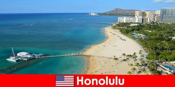Типичным местом отдыха туристов у моря является Гонолулу США.