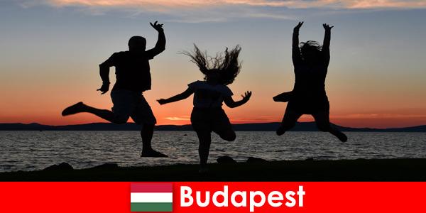 Будапешт Венгрия для молодых тусовщиков с музыкой и дешевыми напитками в барах и клубах