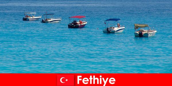Голубое путешествие в Турции и белые пляжи с нетерпением ждут туристов в Фетхие для отдыха.