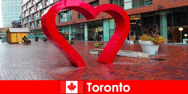 Торонто, Канада, как красочный город, воспринимается иностранными посетителями как многокультурный мегаполис.