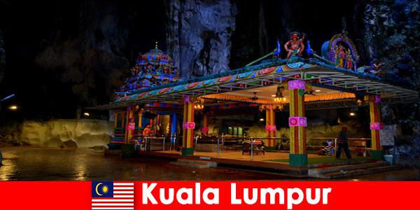 Куала-Лумпур, Малайзия, дает путешественникам возможность познакомиться с древними известняковыми пещерами.