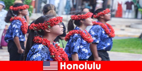 Иностранные гости любят культурные обмены с местными жителями в Гонолулу, США.