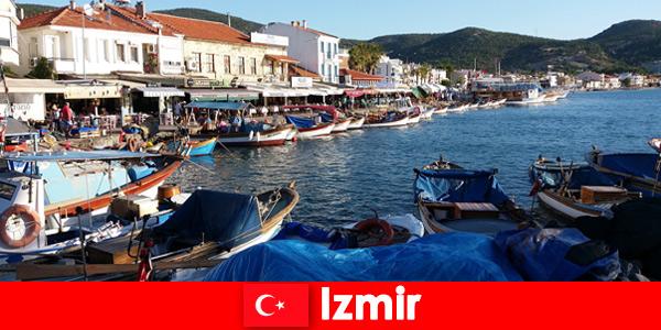 Активные путешественники ездят между городом и пляжем в Измире, Турция