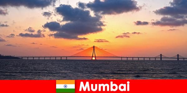 Путешественники из Азии в восторге от современности и традиций Мумбаи, Индия.