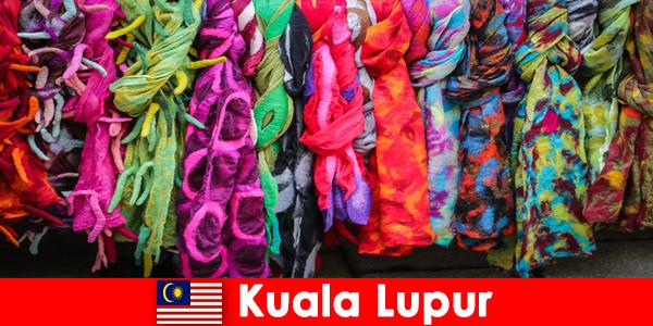 Культурные туристы в Куала-Лумпуре, Малайзия, испытают на себе превосходное мастерство.