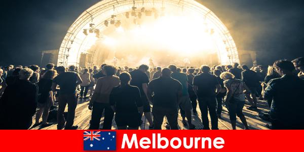 Незнакомцы ежегодно посещают бесплатные концерты под открытым небом в Мельбурне, Австралия.